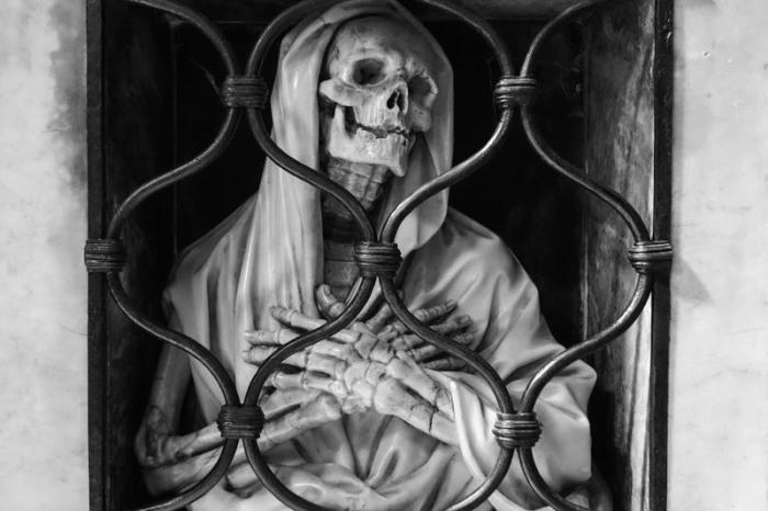 Церковь Санта-Мария-дель-Пополо. Скульптура на могиле Джованни Баттиста Джизлени, которую он сделал сам перед своей смертью в 1672 году. | Фото: atlasobscura.com.