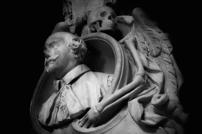 Мемориал Карло Эмануэле Виззани в базилике Санта-Мария-сопра-Минерва. Скульптор Доминико Гвиди, 1661 год. | Фото: atlasobscura.com.