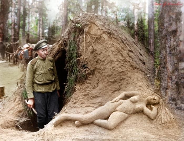 Разведчик Алексеев рядом со скульптурой, которую он сделал из песка. | Фото: reddit.com.