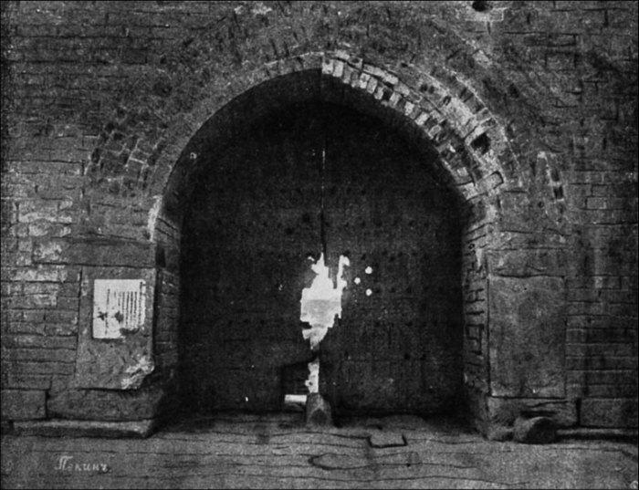 Брешь в пекинских воротах, пробитая русскими орудиями. | Фото: lib.rus.ec.