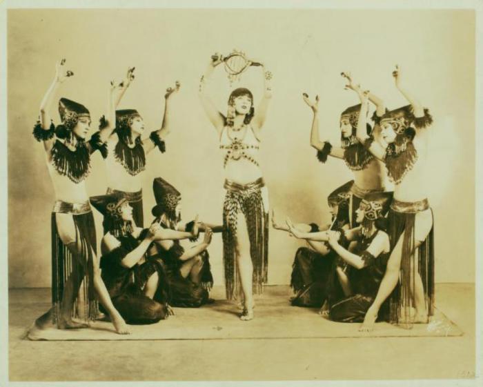 Сцена из «Иштар» в исполнении танцоров труппы «Денишоун».