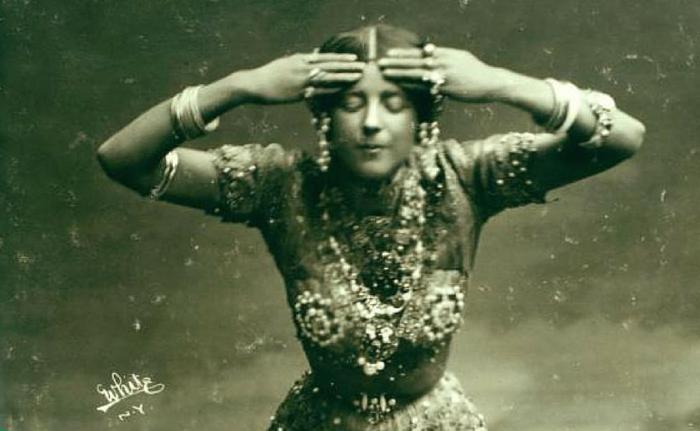Рут Сен-Дени в первом костюме для балета «Радха», 1904 год.