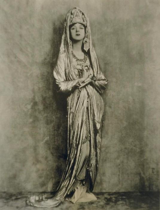 Рут Сен-Дени в роли богини Гуаньинь.