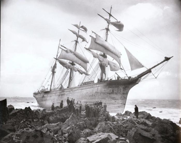 В январе 1902 года «Glenbervie», перевозя пианино, виски, бренди и ром, в плохую погоду потерял направление и врезался в скалы.