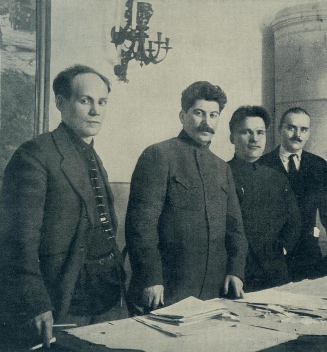 В 1926 году с групповой фотографии «исчезает» Николай Комаров. | Фото: wlrn.org.