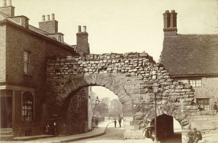 Ньюпортская арка в городе Линкольн, на которую Джек-прыгун легко запрыгнул, скрываясь от толпы. | Фото: ru.wikipedia.org.