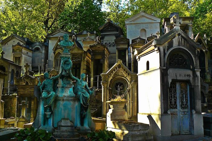 Красивые склепы парижского кладбища Пер-Лешаз. | Фото: unjourdeplusaparis.com.