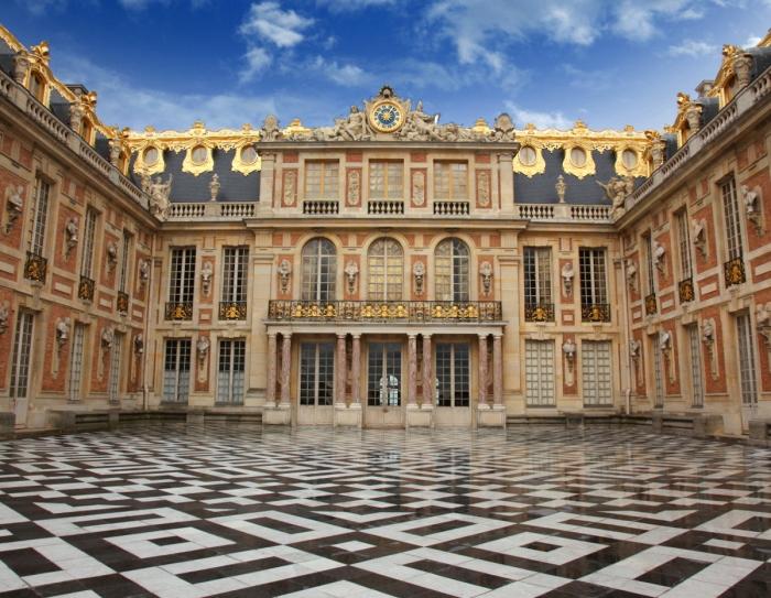 Мраморный двор Версальского дворца, на месте которого раньше находился охотничий домик. | Фото: fiveminutehistory.com.