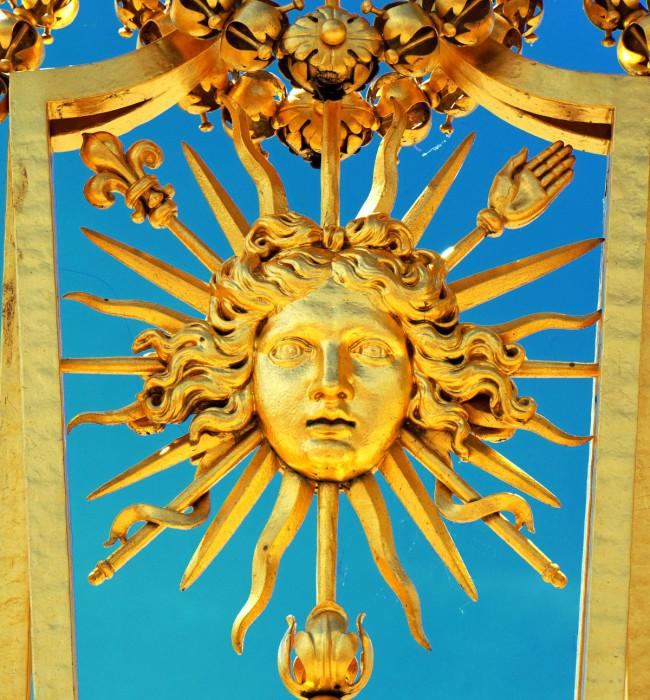 Символ Короля-Солнце на решетке забора Версаля. | Фото: fiveminutehistory.com.