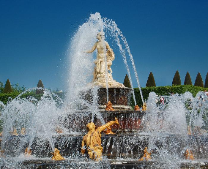 Фонтан в саду Версаля. | Фото: fiveminutehistory.com.