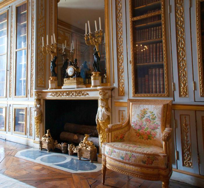 Малые апартаменты и библиотека Людовика XVI. | Фото: fiveminutehistory.com.