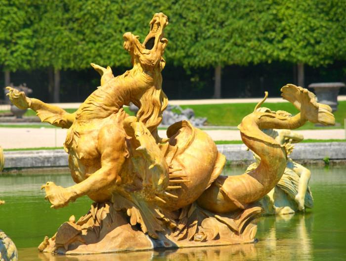 Статуя морского монстра в саду Версаля. | Фото: fiveminutehistory.com.