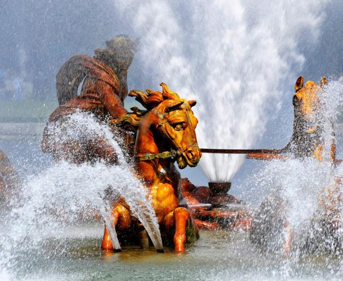 Бассейн Аполлона: греческий бог Солнца встает из моря, в упряжке из четырех лошадей. | Фото: fiveminutehistory.com.
