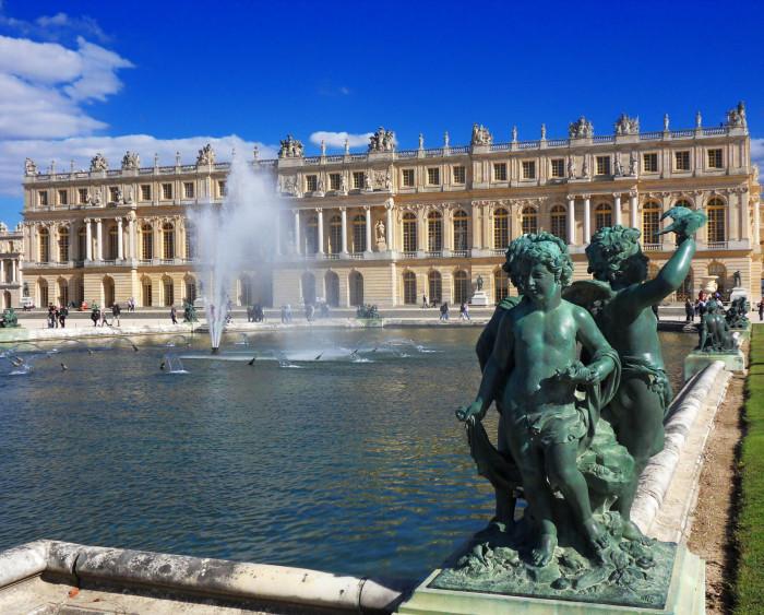 Фонтан перед Версальским дворцом. | Фото: fiveminutehistory.com.