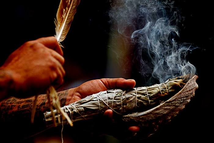 Ритуальный процесс сжигания трав. | Фото: kafepauza.mk.