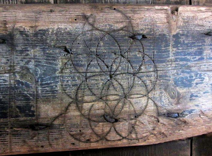 Узор из кругов, найденный в сарае XIX века недалеко от Лаксфилда в Саффолке, Англия. | Фото: atlasobscura.com.