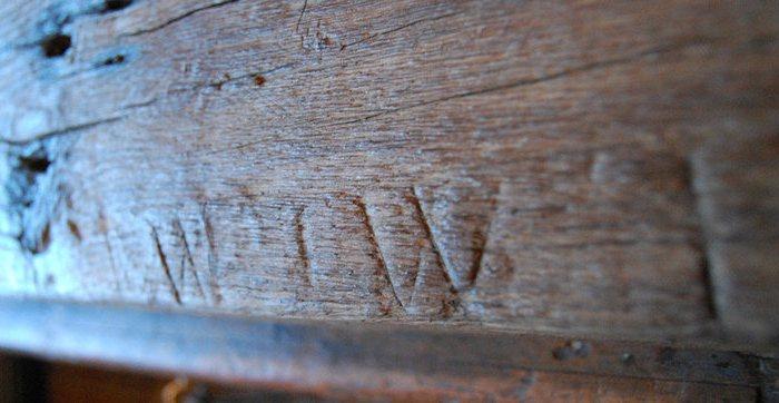 Апотропеические знаки на дубовой барной стойке ресторана Three Pigeons в Лондоне. Фото: atlasobscura.com.