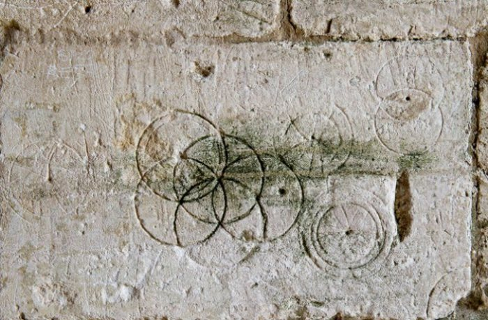 Защитный символ на стене амбара XV века. Брэдфорд-на-Эйвоне, Великобритания. | Фото: atlasobscura.com.