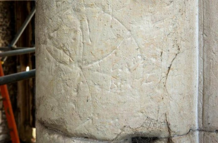 Шестилепестковый цветок, найденный в останках Приоратской церкви, Латтон-Приорат, Харлоу, Эссекс. | Фото: atlasobscura.com.