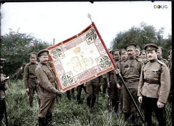 Боевое знамя 1-го полка 1-й особой пехотной бригады во Франции, 1916 год. | Фото: pinterest.com.