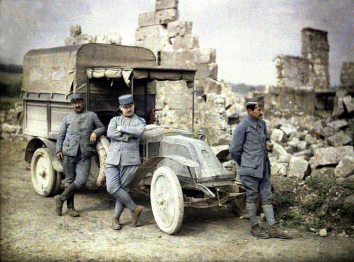 Французы возле военного грузовика, 1917 год. | Фото: visualhistory.livejournal.com.