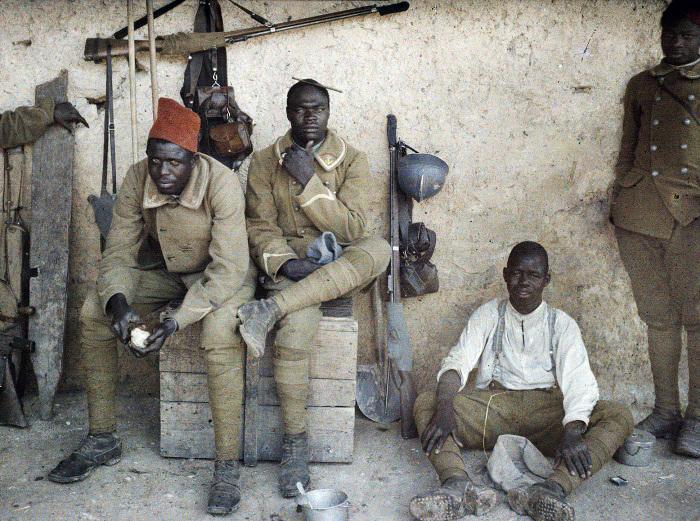 Сенегальские стрелки на постое в деревушке. Северная Франция, 1917 год. | Фото: greatwar.nl.