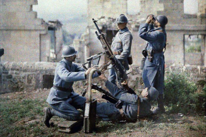 Французские солдаты осваивают противовоздушное оружие – зенитный пулемет. Франция, 1917 год. | Фото: visualhistory.livejournal.com.