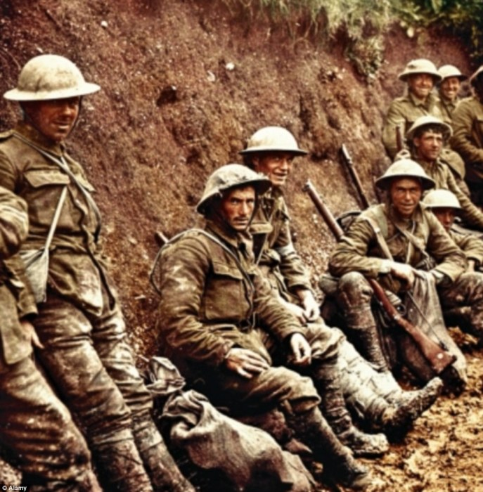 Королевские ирландские стрелки ожидают начало битвы на Сомме 1 июня 1916 года, когда за один день погибло 19 240 человек. | Фото: dailymail.co.uk.