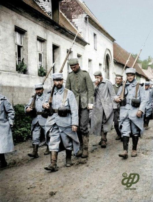 Французские пехотинцы ведут пленных немцев. | Фото: pikabu.ru.