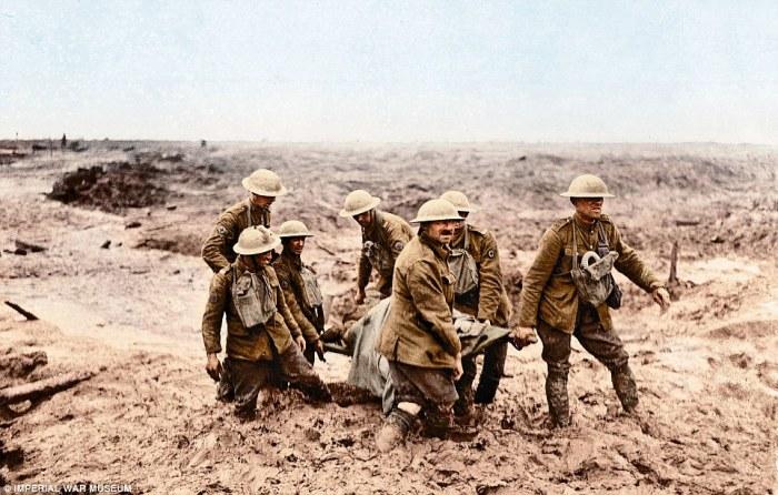 Утопая в грязи, эти семь британцев пытаются вынести с поля боя своего раненого товарища. Фландрия, 1917 год. | Фото: dailymail.co.uk.