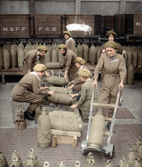 Женщины грузят боеприпасы на фабрике в Ноттингемшире, 1917 год. | Фото: dailymail.co.uk.