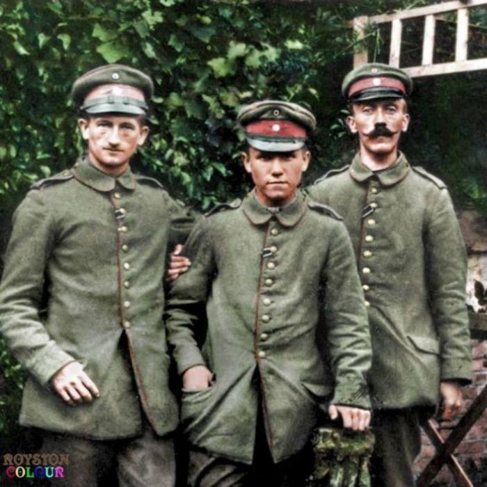 Ефрейтор Адольф Гитлер (справа) со своими боевыми товарищами из 16-го баварского резервного пехотного полка. | Фото: pinterest.com.