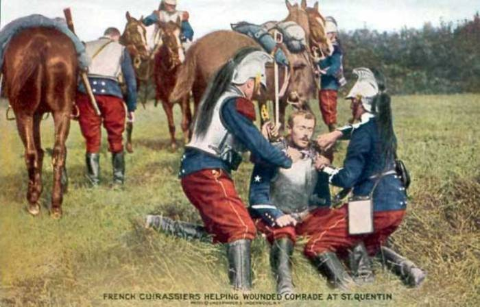 Французские кирасиры начинали Первую мировую войну в архаичных костюмах 100-летней давности. | Фото: greatwar.nl.