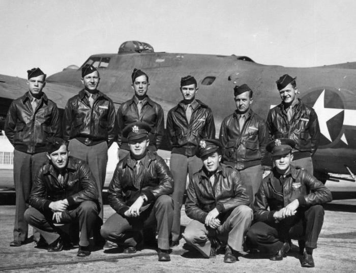 Экипаж бомбардировщика B-17F Чарли Брауна. | Фото: crashmacduff.wordpress.com.