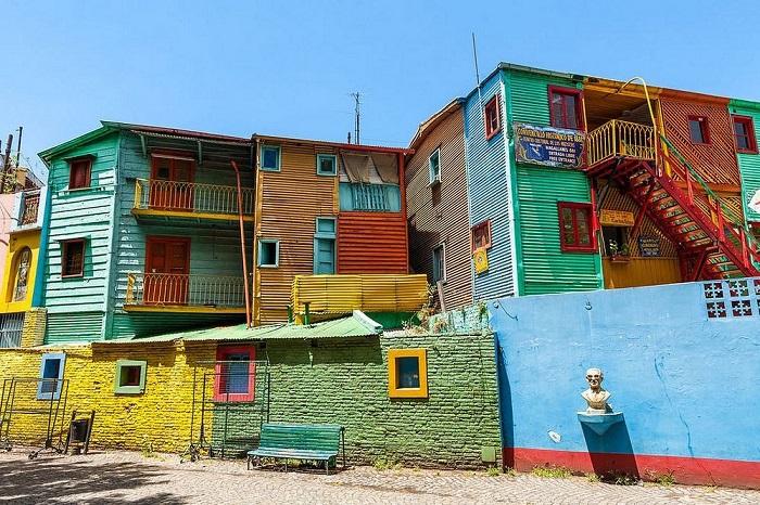 Несмотря на живописность, дома не перестают показывать нелегкую судьбу тех, кто их возвел – состояние зданий оставляет желать лучшего