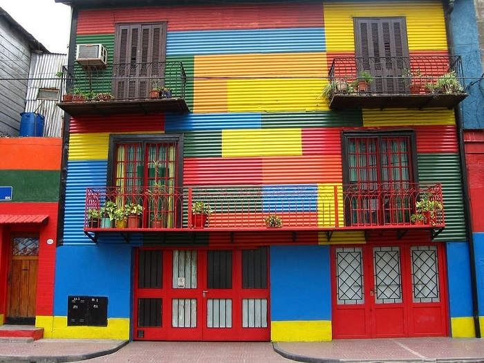 За неимением краски одного цвета, первые хозяева раскрашивали свои дома в своеобразную цветную мозаику