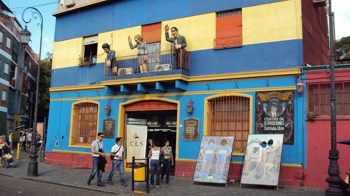 В Ла Бока можно легко стать танцором танго – достаточно просто просунуть голову в отверстие