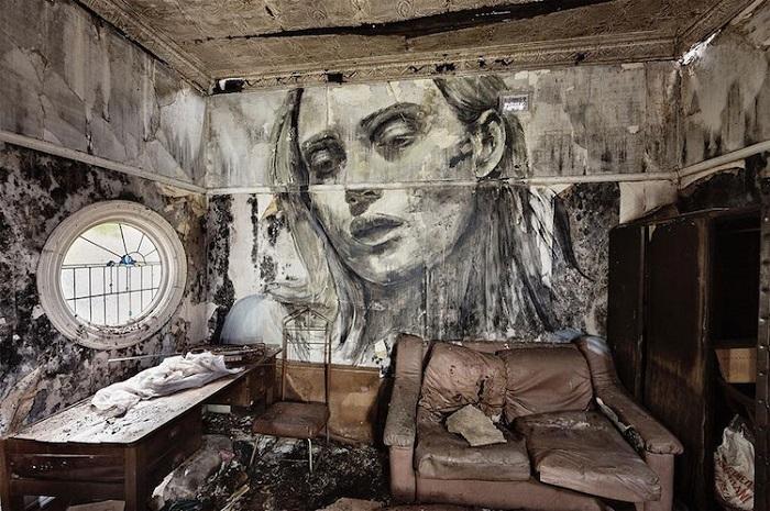 Портрет на стене заброшенной гостиной