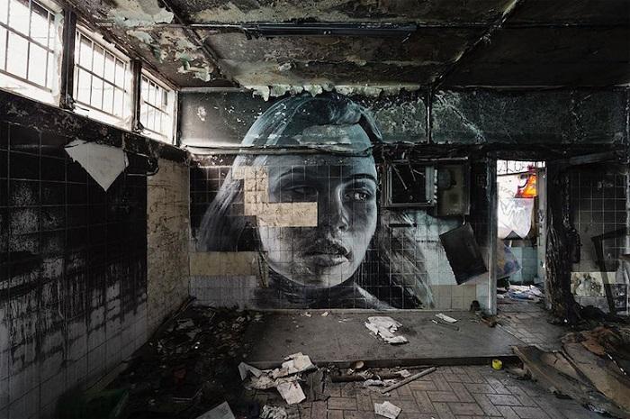 Одно неосторожное движение - и вместе с отпавшей плиткой рушится магия портрета