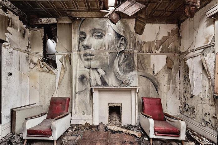 Разрушающаяся стена скоро поглотит и красивый женский профиль