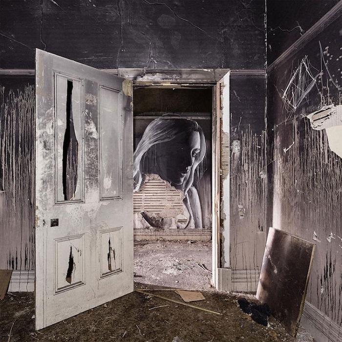 Сквозь открытую дверь героиня портрета будто все еще выглядывает гостя