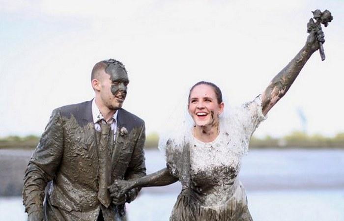 Свадебная традиция: обливание грязью.