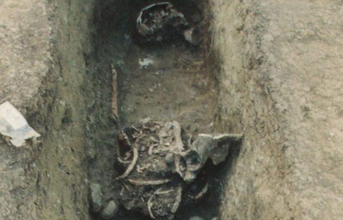 Средневековые нравы: осквернение могил.