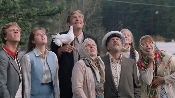 Кадр из фильма *Любовь и голуби*.