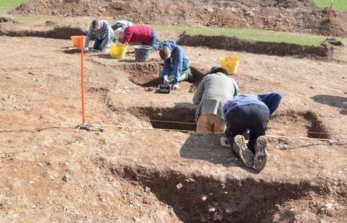Раскопки на поле в британском Корнуолле.