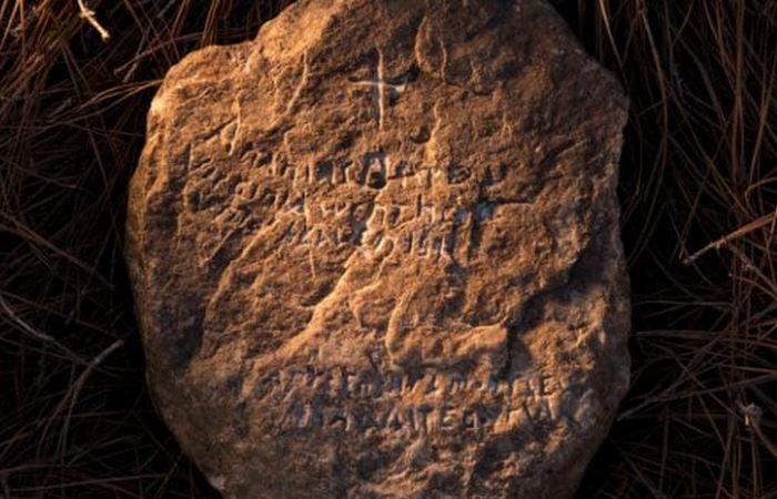 Каменное письмо Элеоноры Дейр.