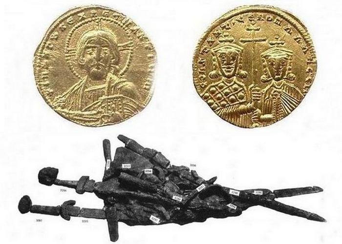 Монеты, найденные в  захоронении и спекшийся в огне конгломерат предметов.