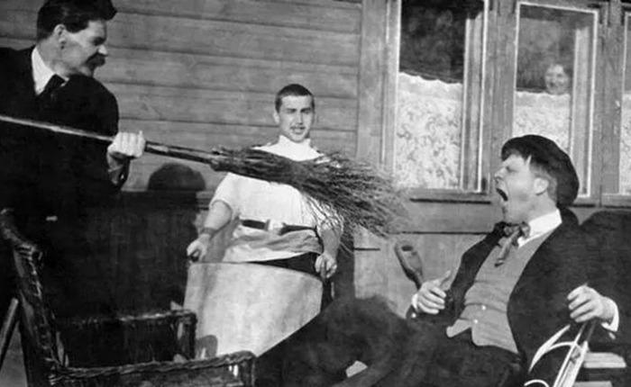 Максим тычет метлой в Федора, 1905 год./ Фото: idel-rus.ru