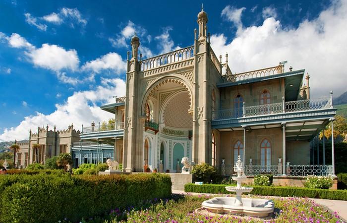 Воронцовский дворец в Крыму (Алупка)./ Фото: gintur.com