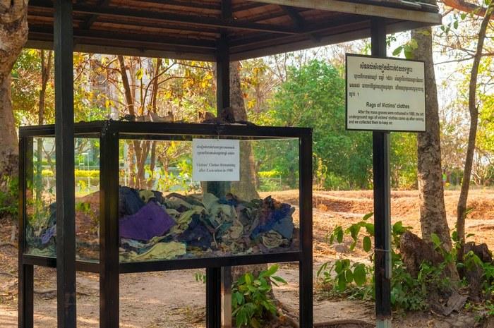 Витрины с фрагментами костей, зубов и обрывков окровавленной ткани./ Фото: ranselahok.com